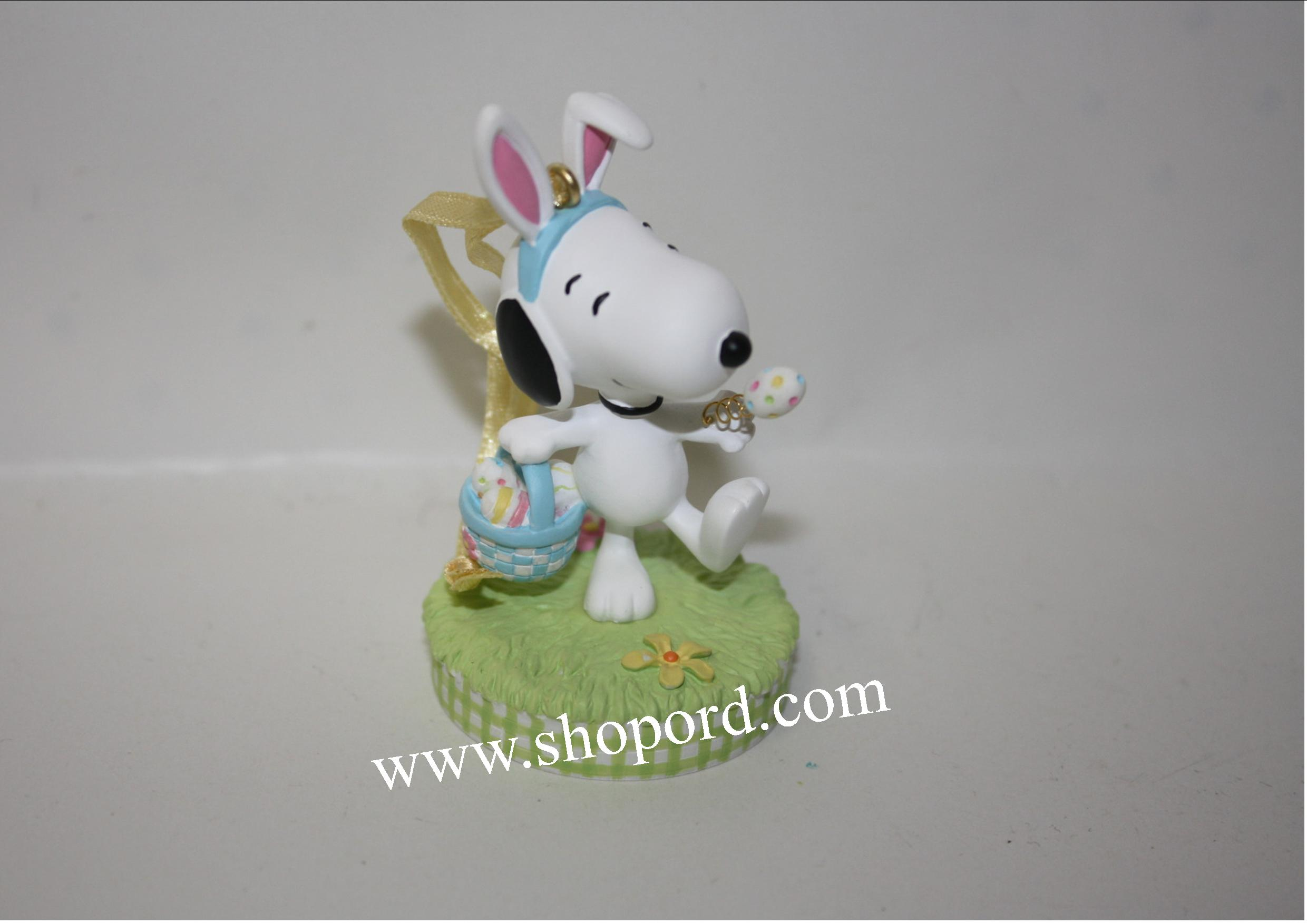 Hallmark 2004 Peanuts It's The Easter Beagle Snoopy Ornament QEO8361