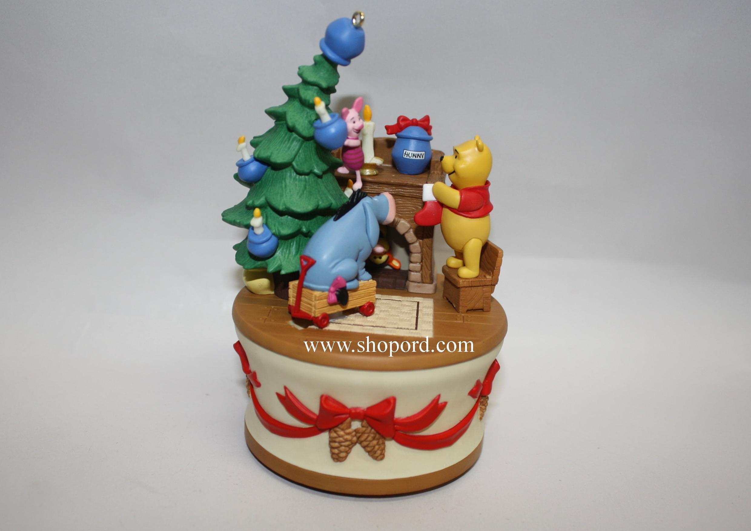 Hallmark 2005 Getting Ready For Christmas Ornament Winnie the Pooh Collection QXD4212